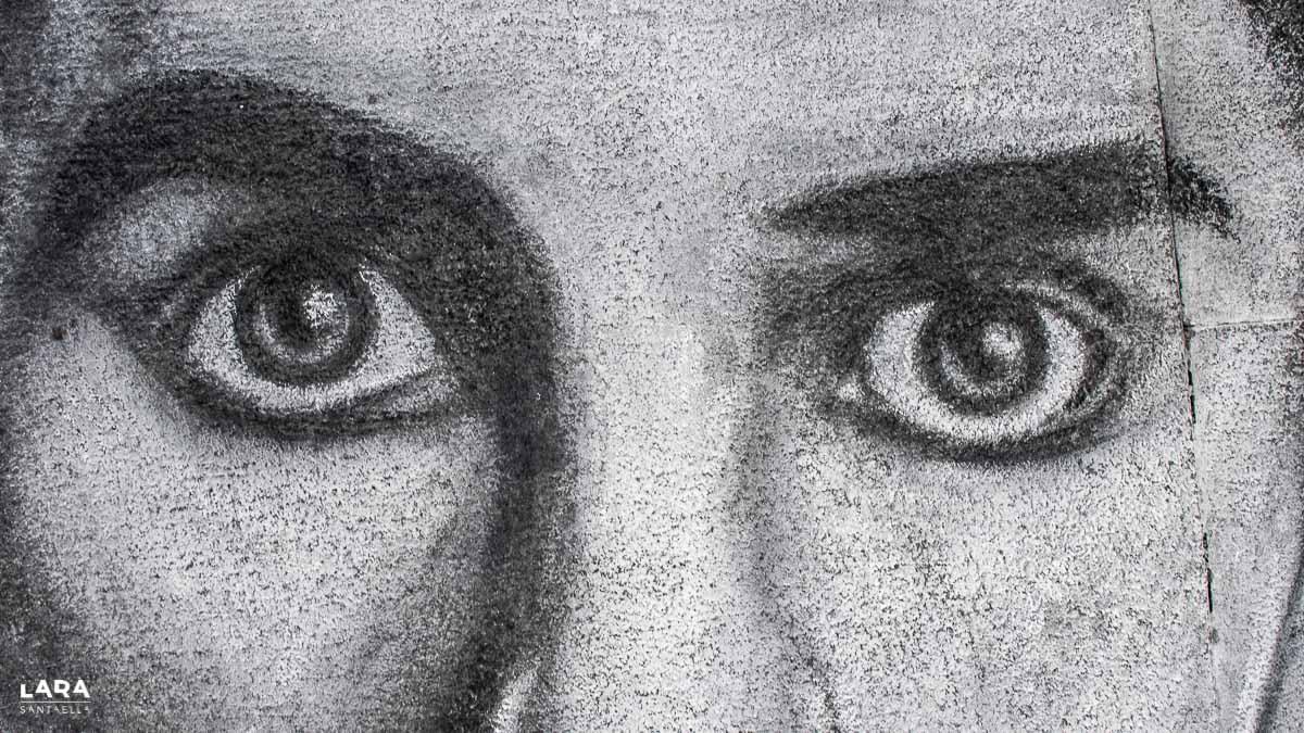 Un detalle de un retrato de Charlie Chaplin a tiza