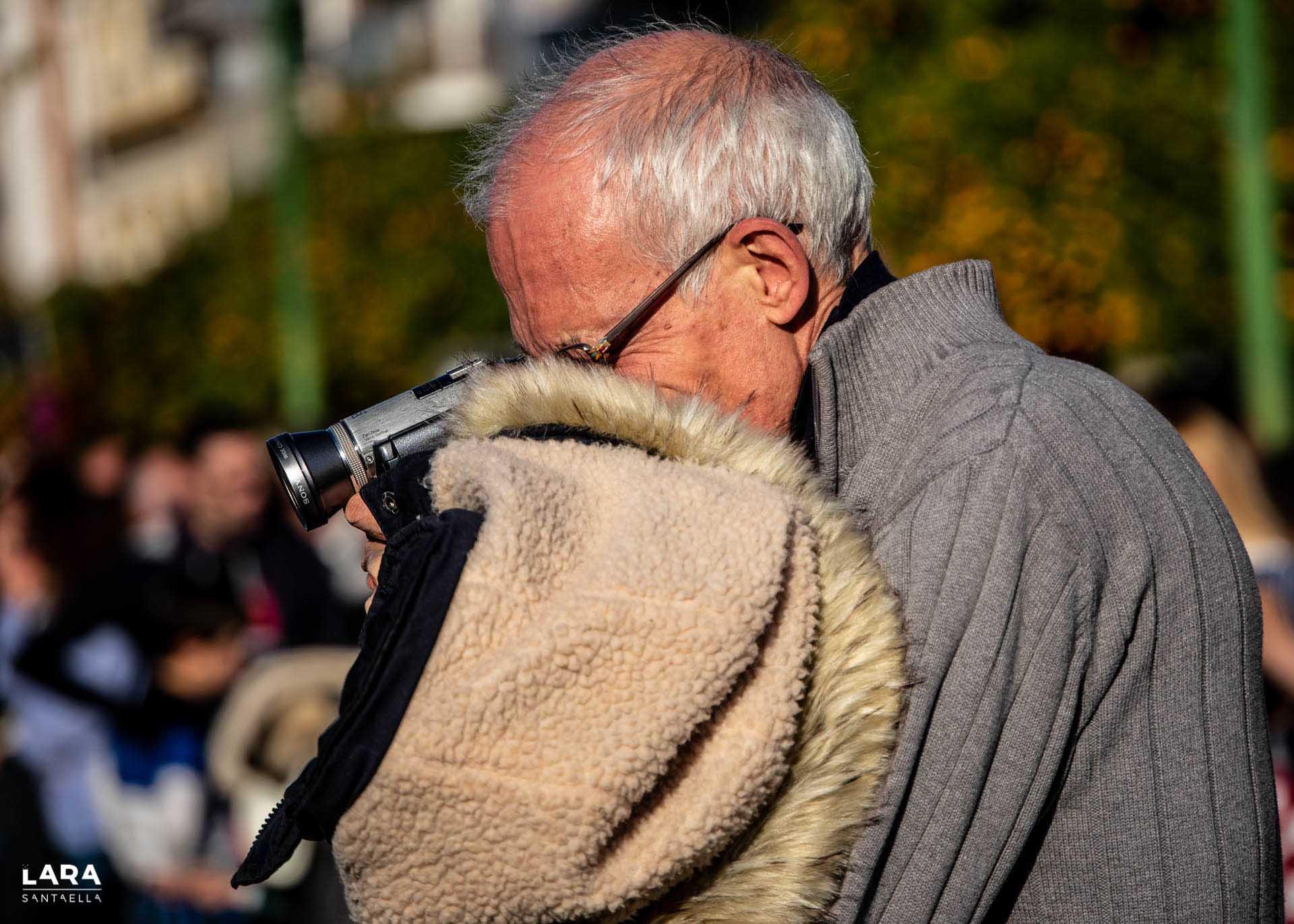 Abuelo con cámara en la mano
