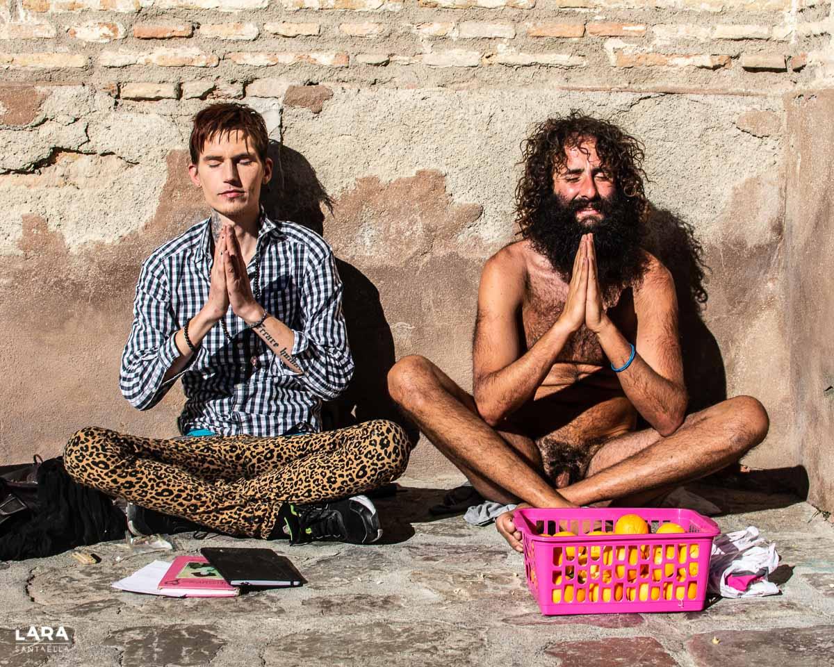 Anssi y Olmo, haciendo yoga