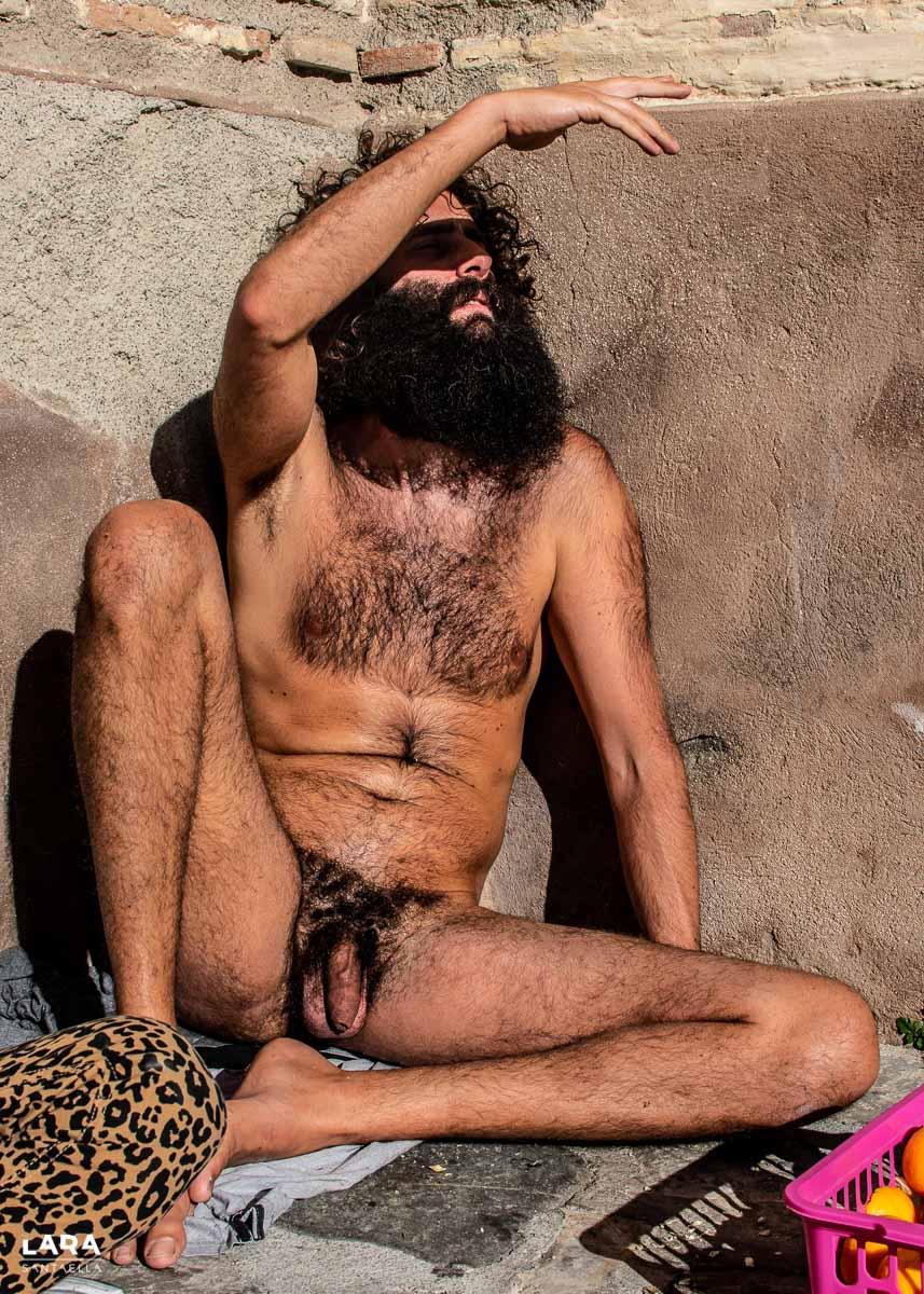 Olmo desnudo tapándose la cara del sol