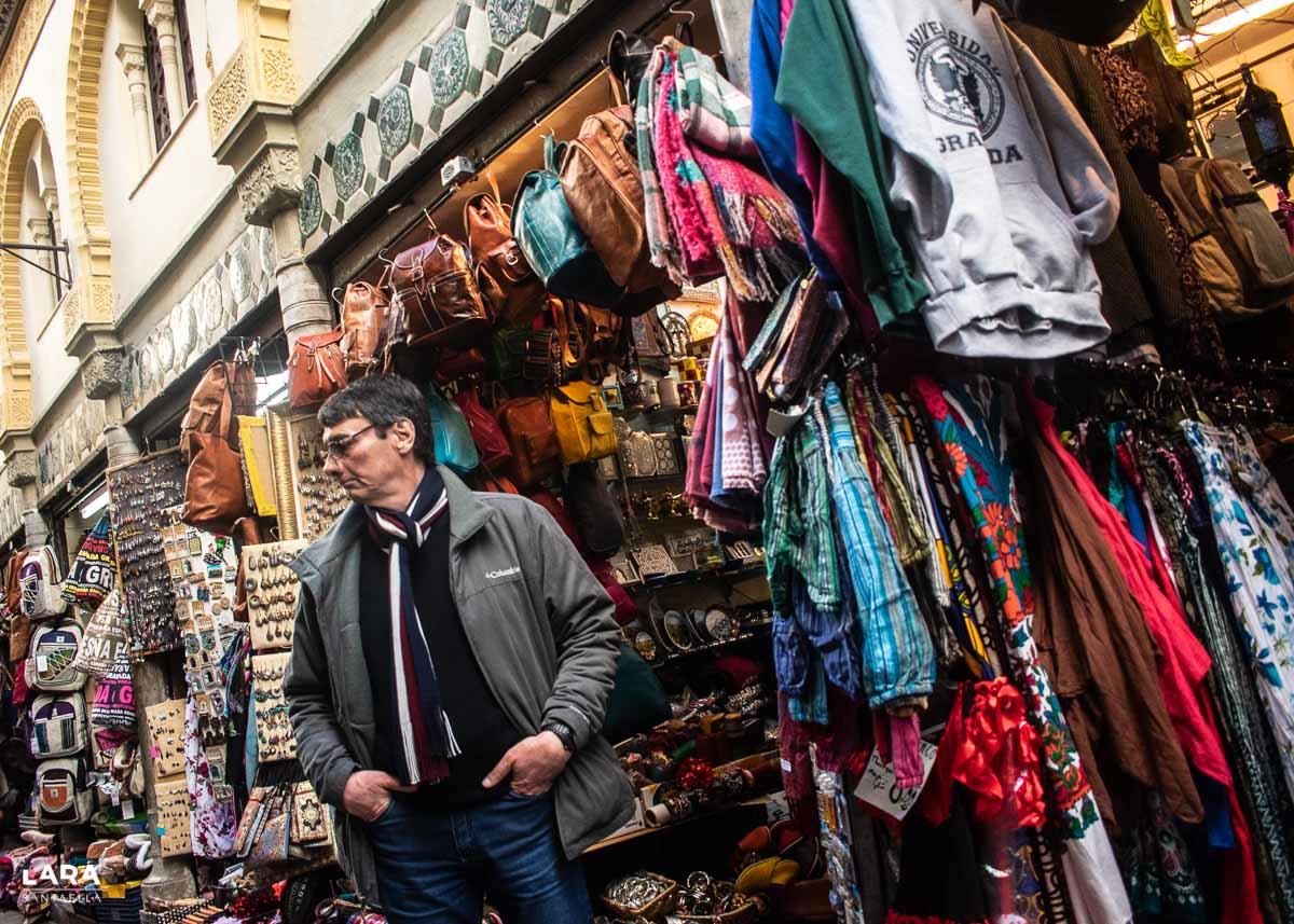 Turista de compras por el Zoco